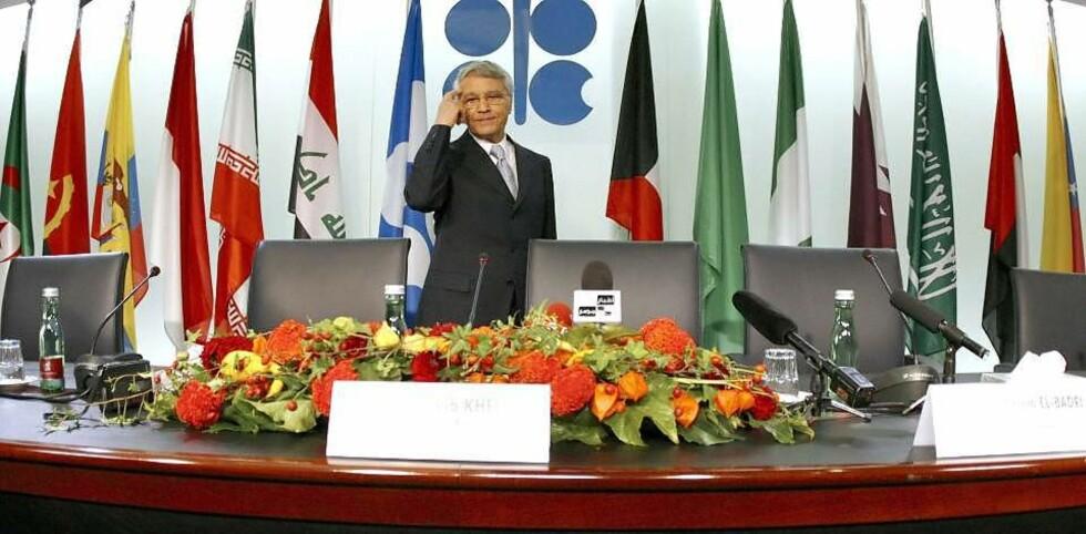 STØTTER KUTT: Algeris oljeminister og OPEC-president Chakib Khelil er ikke i tvil om at olje-produksjonen må kuttes. Foto: REUTERS/Heinz-Peter Bader/Files.