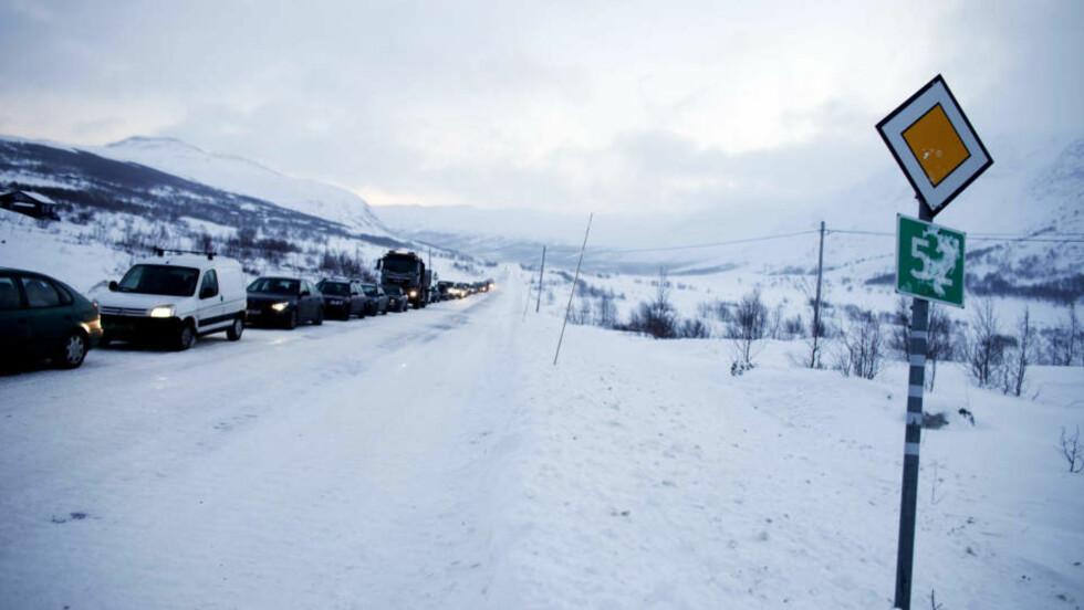 ÅPENT: Sterk vind gjorde at det mandag ettermiddag var kolonnekjøring på riksvei 53 over Hemsedalsfjellet. Men nå er denne veien åpnet for fri ferdsel igjen. Foto: Kyrre Lien / SCANPIX