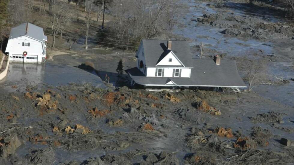 GJØRMA TOK HUSENE:  Her i byen Harriman i Tennessee i USA ble jula noe helt annet enn de hadde tenkt seg. 12 hus ble delvis begravet av gjørma fra kullkraftverket.  Foto: SCANPIX/AP Photo/The Knoxville News Sentinel, J. Miles Cary