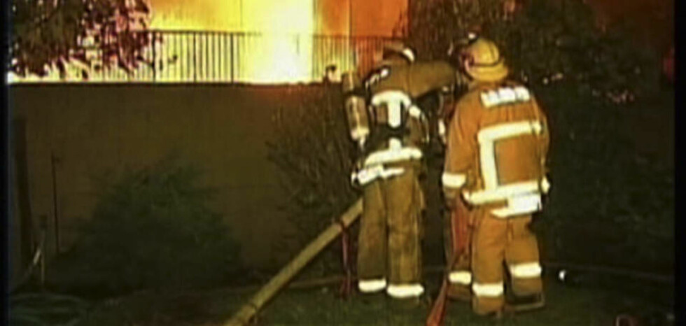 BRANT NED: Brannmannskapene jobbet iherdig natt til 1.juledag med å slukke brannen i huset i Covina utenfor Los Angeles. Jeffrey Pardo skjøt og drepte minst åtte gjester som var til stede på en julefest i denne boligen julaften. Brannårsaken er foreløpig uklar. Foto: AP PHOTO/SCANPIX