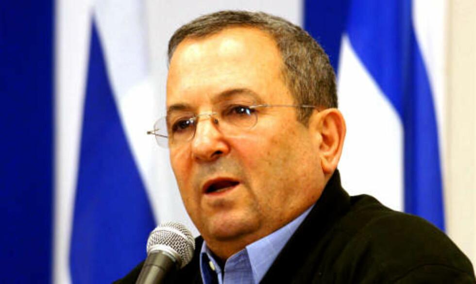 VURDERER INVASJON? Forsvarsminister Ehud Barak sier det kan bli aktuelt å sende soldater inn i Gaza. Foto: AFP