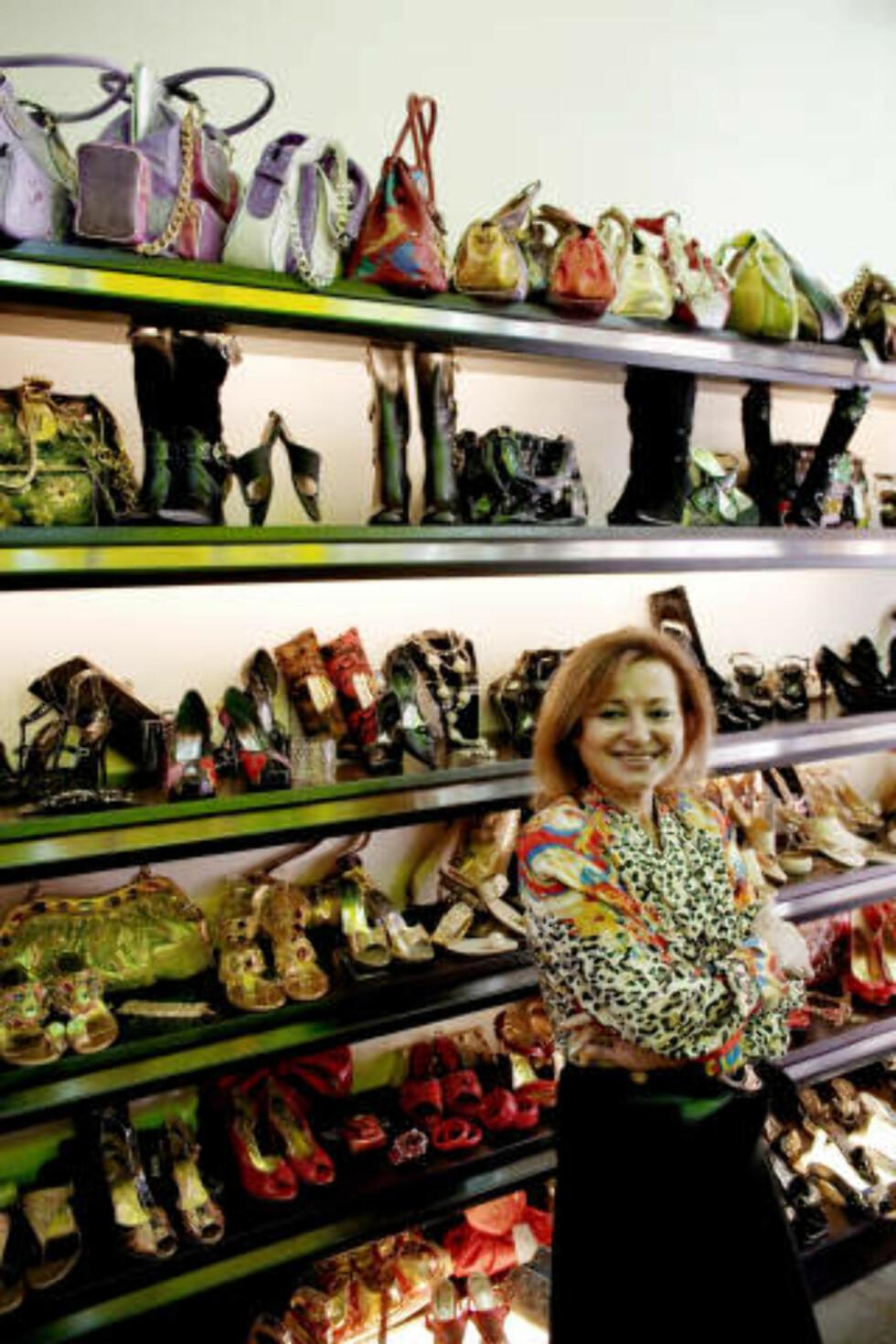 HØYE HÆLER: Skoene er imitasjoner av Chanel og andre merker, forteller skoselger Alice Khatchadourian Akle.Foto: Torbjørn Grønning