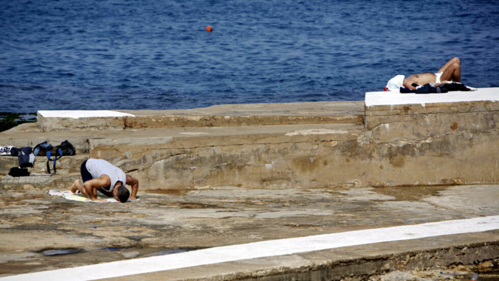 SOLBØNN: Stranda i Beirut brukes til alt: fisking, bønn, soling, kyssing, leking og løping. Og temperaturen i Middelhavet er nesten alltid varmere enn norsk sjø, så bading anbefales!Foto: Torbjørn Grønning