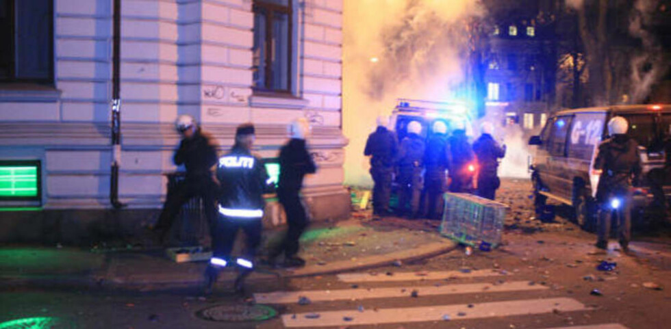 FLERE POLITIMENN SKADD: Politiet måtte gjentatte ganger bruke tåregass for å jage vekk demonstrantene som okkuperte gaten foran den israelske ambassaden. Foto: ESPEN HOVDE
