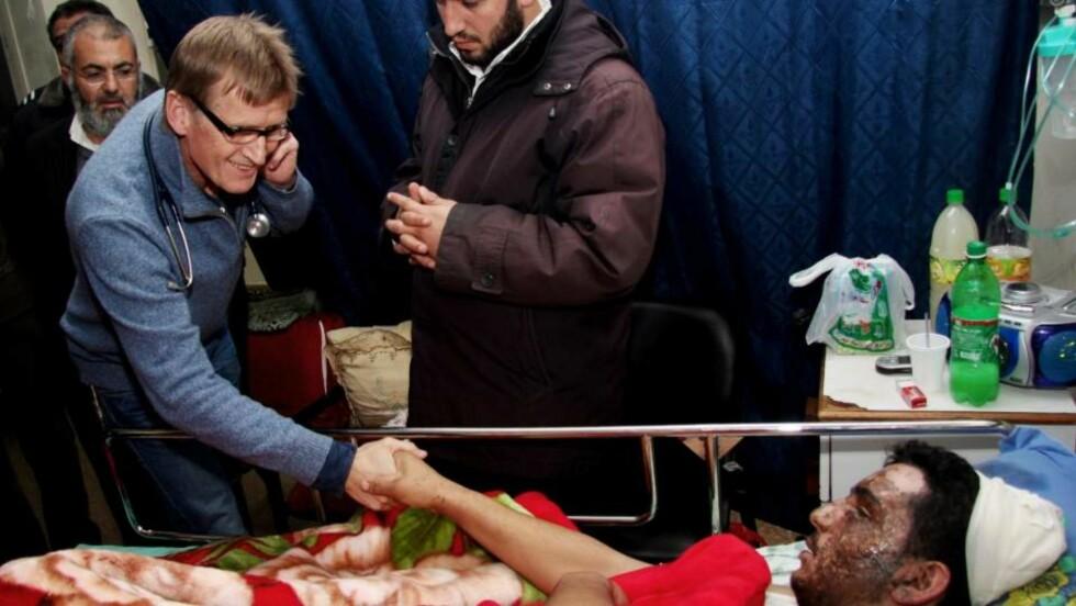 ENESTE VESTLIGE HJELPEARBEIDERE: De norske legene Mads Gilbert (bildet) og hans kollega Erik Fosse har som eneste vestlige hjelpearbeidere kommet seg inn på Gaza. I dag møtte de de palestinske selvstyremyndighetene, helsepersonell og skadde i Gaza by. Foto: Hamada Hamada