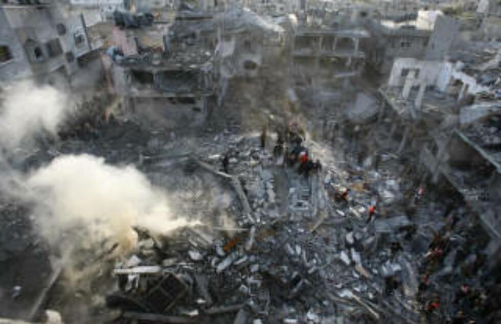<strong>BARE RUINER IGJEN:</strong>Tolv personer ble drept i angrepet mot Hamas-lederen Nizar Rayans bolig. Foto: AFP /MAHMUD HAMS/SCANPIX