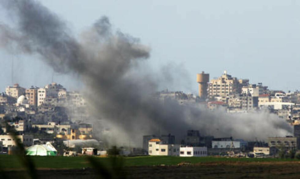 Bildet er fra der en av bombene traff i Gaza i går. Foto: REUTERS/Nikola Solic
