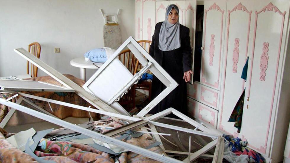 I RUINER: Hjemmet til Umm Samir Abu Amra i Gaza er fullstendig rasert etter israelske bombeangrep i nabolaget hennes. Nå tør hun ikke bo der lenger. Foto: Hamada Hamada