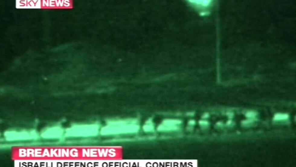 INN I GAZA:Israelske soldater har stått klare i en uke. I kveld gikk de inn i Gaza. Foto: AFP/Sky News/SCANPIX