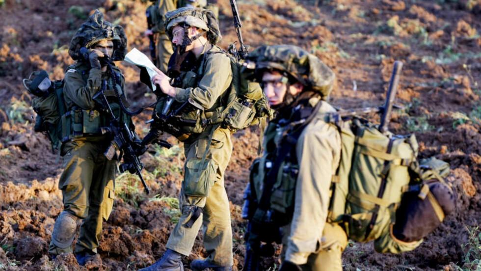 HINDRER BILDER INNENFRA: Bilder som dette, av israelske soldater som forbereder seg til bakkeangrep, er i hovedsak det eneste internasjonal presse har fått lov til å ta det siste døgnet, da media ikke slipper inn i selve Gaza og får se kamphandlingene på nært hold.  Foto: JACK GUEZ / AFP / SCANPIX