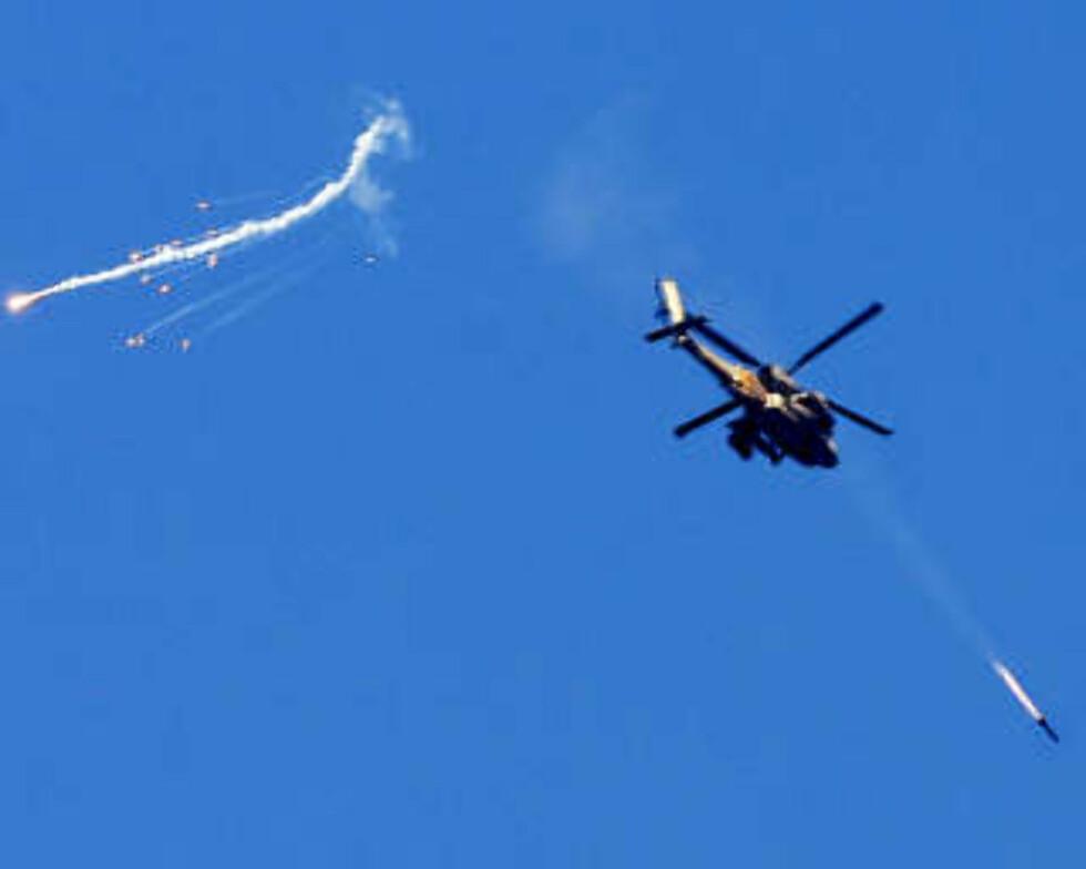 <strong>FRA BAKKE, SJØ OG LUFT:</strong> Kamphelikoptre skjøt også i dag raketter mot mål i Gaza.