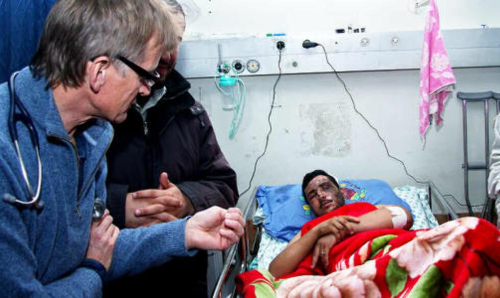 <strong>OPPRØRT:</strong> Den norske legen og aktivisten Mads Gilbert (t.v.), her på Gaza-sykehuset i går, beskriver tilstandene i Gaza som helvete på jord. Foto: HAMADA HAMADA