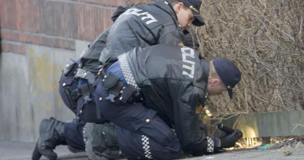 ETTERFORSKES: Politiet leter etter spor der en person ble skutt og skadd av politiet lørdag morgen. Foto: Morten Holm / SCANPIX