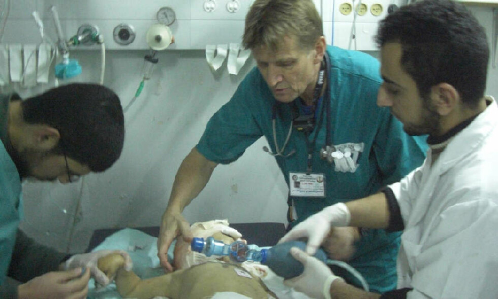 INNE I GAZA: Mads Gilbert og teamet jobber med et spedbarn med alvorlige bruddskader etter israelske angrep i går. Foto: NORWAC