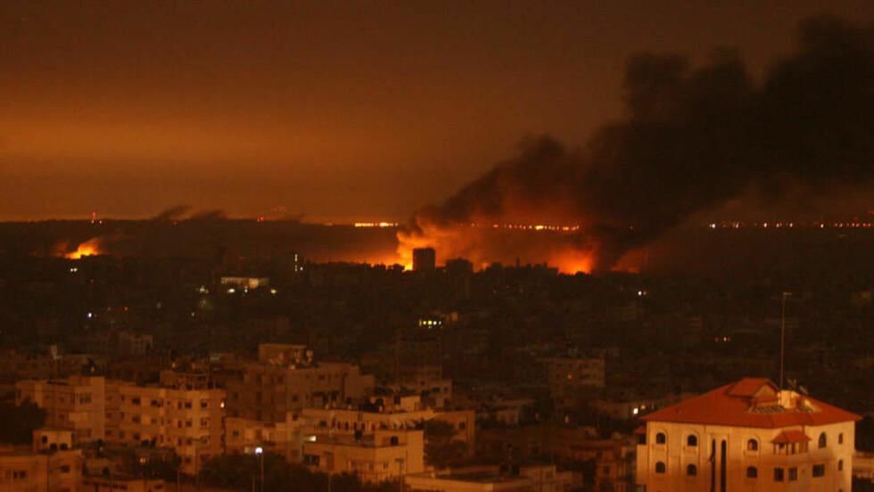 RYKKER NÆRMERE: Røyksøylene viser at krigen nå har kommet inn i selve Gaza by. Israelske styrker er inne i byen for første gang siden offensiven startet og jakter på Hamas-militsen. Foto: Mahmud Hams/Scanpix/AFP