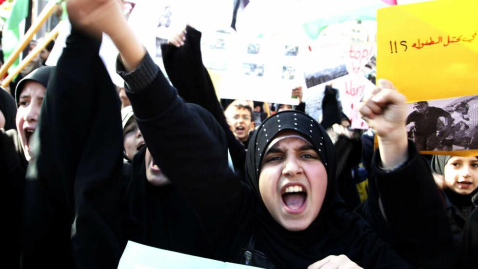 SIER HVA DE MENER: Disse demonstrantene gjør det motsatte av Barack Obama: De roper ut hva de mener om den pågående krigen. Foto: BILAL HUSSEIN/AP/SCANPIX