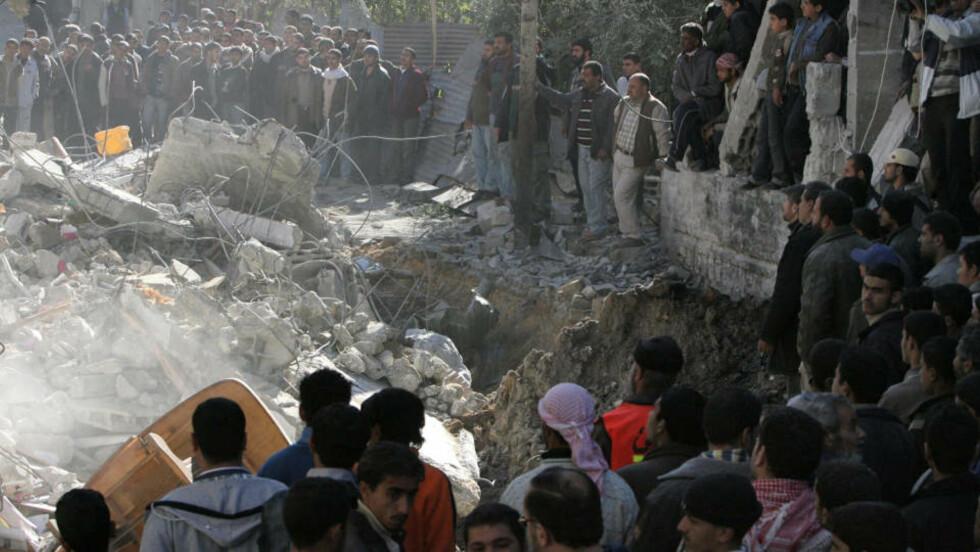 FAMILIE DREPT: Et hus med sju leiligheter ble bombet sønder og sammen i Zeitun, en forstad til Gaza, i dag. Blant de døde er en familie på tolv. Foto: AFP/SCANPIX