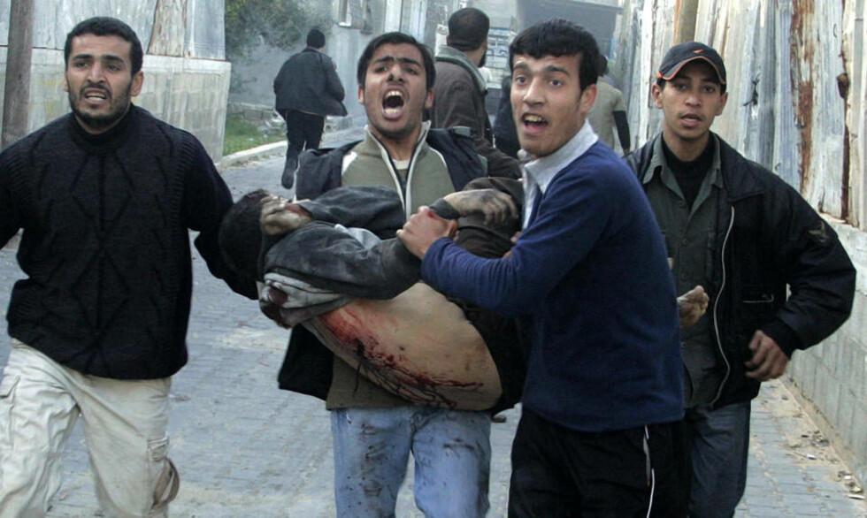 TRAFF FN-SKOLE: En såret palestiner bæres til sykehus i Jabaliya, nord på Gazastripen. Helsearbeidere hevder at Israel angriper ambulanser med vilje, hvilket blir avvist fra israelsk hold. Foto: REUTERS/Ismail Zaydah/SCANPIX