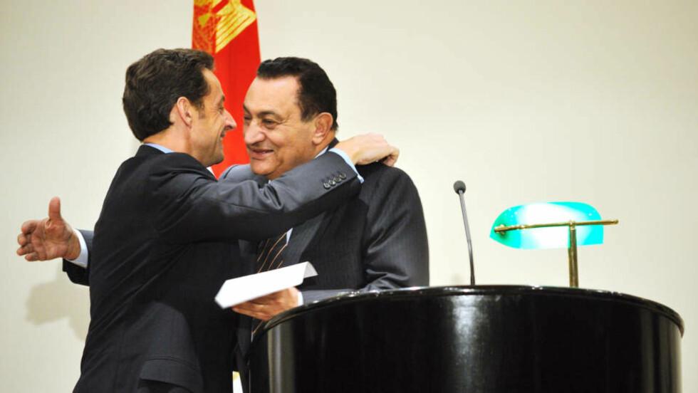 KOM MED FORSLAGET: Den egyptiske presidenten Hosni Mubarak og frankrikes president Nicolas Sarkozy holdt en pressekonferanse sammen i går. Foto: ERIC FEFERBERG/AFP/Scanpix