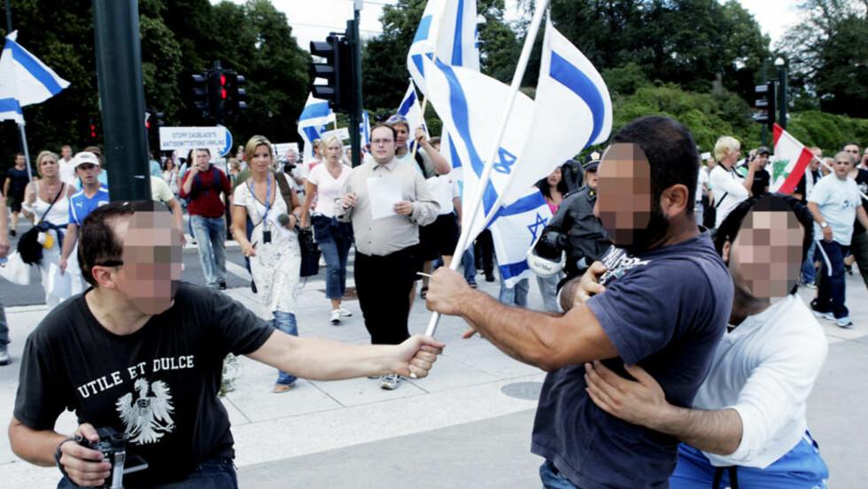 STERKE FØLELSER: Slik så det ut da «Med israel for fred» holdt en demonstrasjon i Oslo i forbindelse med Libanon-krigen i 2006. Da måtte politiet holde israelvenner og opprørte norsklibanesere adskilt.  Denne gangen tror politiet at blant andre norskpalestinere og enkelte i Blitz-miljøet kan dukke opp. Arkivfoto: KNUT FALCH / SCANPIX