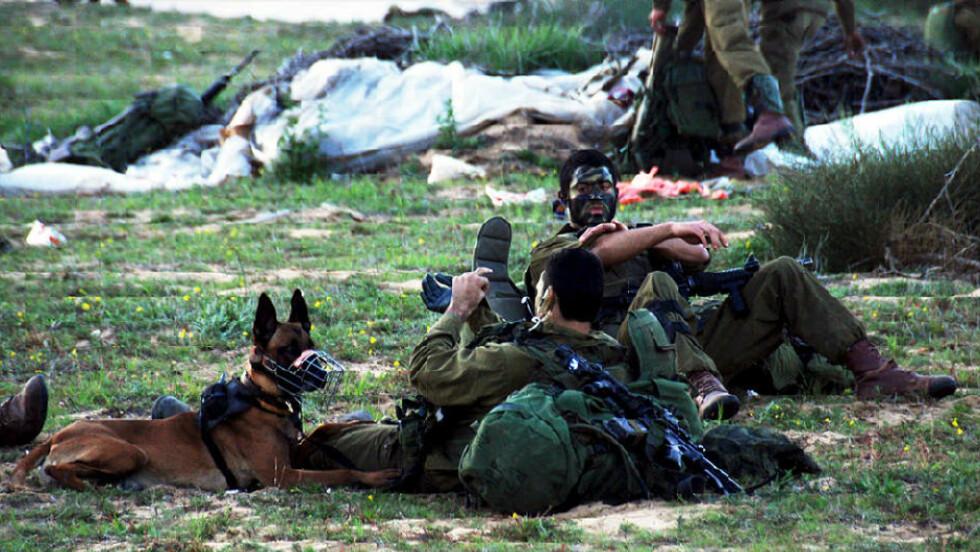 I KRIG: Israelske soldater som deltar i offensiven mot Gaza, tar en pause inne på det palestinske territoriet. Foto: DEN ISRAELSKE HÆREN/EPA/SCANPIX