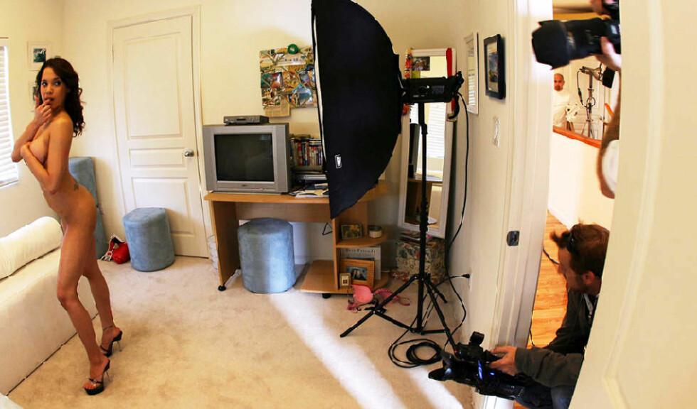 TRENGER INNSPRØYTING: Folk er for deprimerte til å ha sex; derfor trenger pornoindustrien krisepakken på 35 milliarder kroner, hevder pornogigantene Larry Flynt og Joe Francis. Her fra en filminnspilling i Los Angeles. Foto: GABRIEL BOUYS/AP/SCANPIX