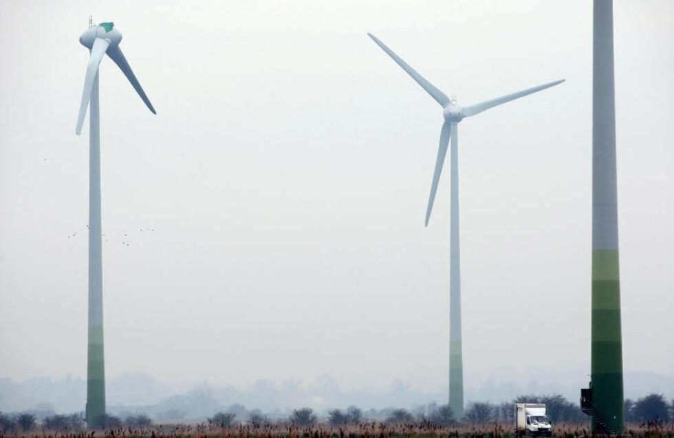 UFO-SKADE?: Én av vindmøllene i Conisholme på den britiske landsbygda ble hardt skadet søndag natt. Ett av de 20 meter lange bladene ble revet av, og ulykken settes i sammenheng med en rekke UFO-observasjoner i området samme natt. Foto: SCANPIX/Chris Radburn/Pa Photos