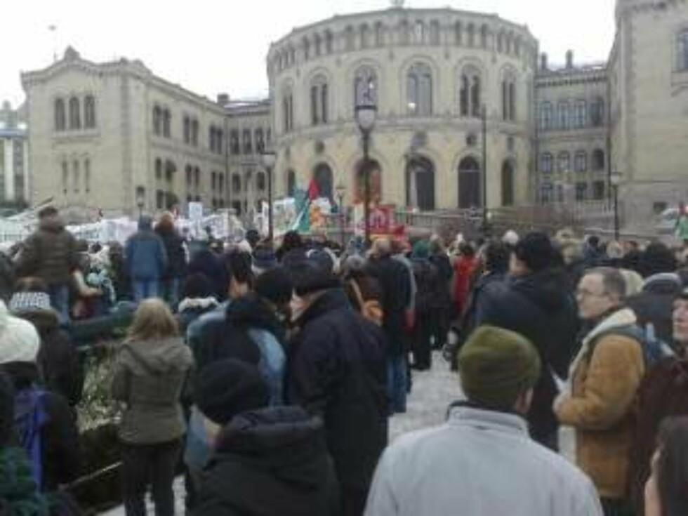 FREDELIG: Rundt 2000 mennesker er samlet foran Stortinget i en fredelig markering. MMS-foto: Eiliv Frich Flydal