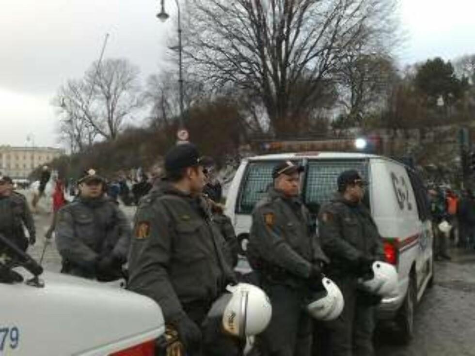 FORBEREDT: Politiet er godt forberedt og tilstede med store mannskaper, men holder seg så langt i ro. MMS-foto: Harald Klungtveit