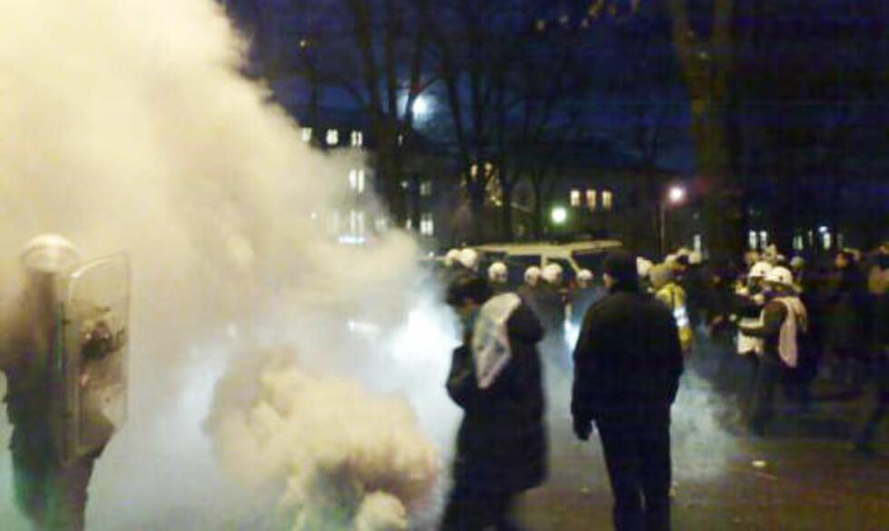 TÅREGASS: Politiet spredte demonstrantene ved den israelske ambassaden med tåregass. Foto: Harald Klungtveit