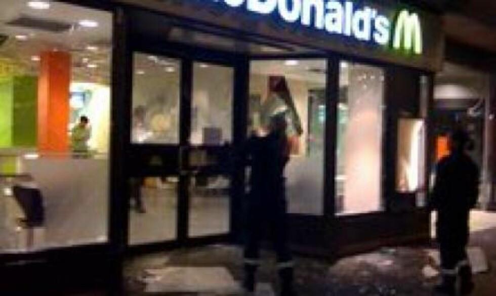 SMADRET RUTER: McDonalds i Nedre Slottsgate ble gjenstand for bråkmakernes herjinger. Foto: Sindre Meldalen