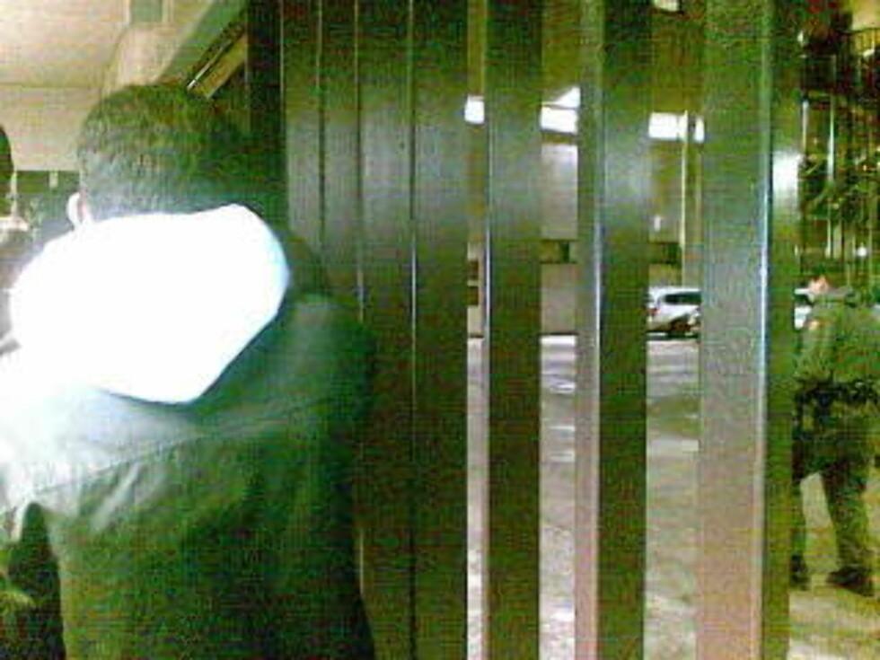 VENTER: De anholdte demonstrantene var fortsatt i buret i politihuset ved 20-tida i kveld. MMS-foto: Privat