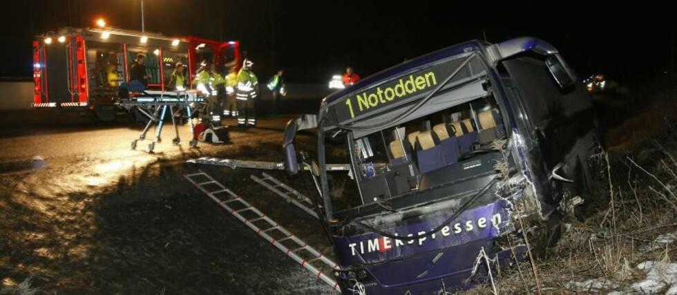 FLER SKADD: Føreren av en personbil omkom i en kollisjon med en buss på E134 i Hokksund i Buskerud søndag. Flere personer i bussen er skadd. Foto: Terje Bendiksby / SCANPIX