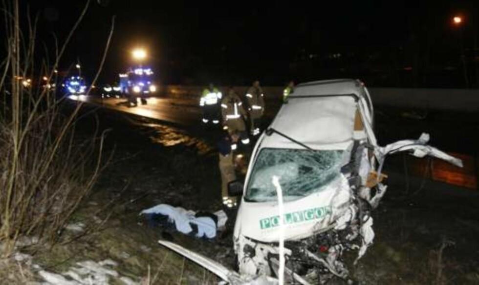 <strong>OMKOM:</strong> Føreren av en varebil omkom i en kollisjon med en buss på E134 i Hokksund i Buskerud søndag. Flere personer i bussen er skadd. Foto: Terje Bendiksby / SCANPIX