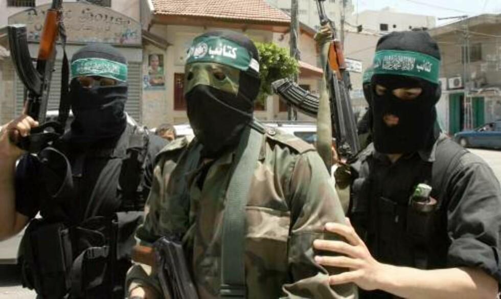 SIER DE HAR 95 AV STYRKENE INNTAKT:  Talsmann for Hamas' væpnede styrker, Abu Obeida (i midten),  sier de bare har brukt fem prosent av sine styrker hittil. Foto: SCANPIX/AFP. AFP PHOTO/MAHMUD HAMS
