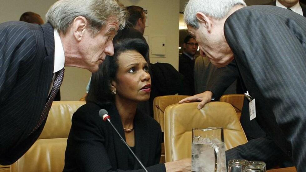 INTENSE FORHANDLINGER:  Det foregikk en intens tautrekking mellom vestlige og arabiske ledere før FNs sikkerhetsråd kom fram til en resolusjon. USAs utenriksminster Condoleezza Rice var med å utarbeide forslaget, men avsto fra avstemningen. Her er hun i samtale med sine franske og libanesiske kolleger, henholdsvis Bernard Kouchner (t.v.) og Fawzi Salloukh (t.h.). Foto: AP Photo/UN Photo, Evan Schneider/Scanpix