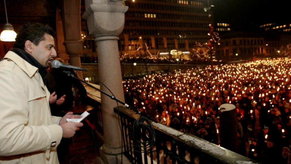 ADVARER: Abid Raja talte på Youngstorget i Oslo torsdag kveld før tusenvis av  mennesker startet sitt fakkeltog til støtte for krigens ofre i Midtøsten. Nå ønske venstrepolitikeren å møte demonstrantene som har overskygget de fredelige demonstrasjonene i Oslo de siste dagene. Foto: Stian Lysberg Solum / SCANPIX
