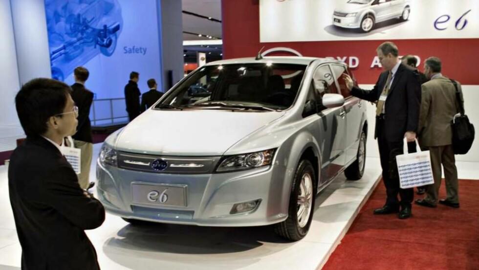 DEN NYE BILEN: Dette er kinesernes stolthet, el-bilen e6 fra BYD. Foto: SVEINUNG UDDU YSTAD