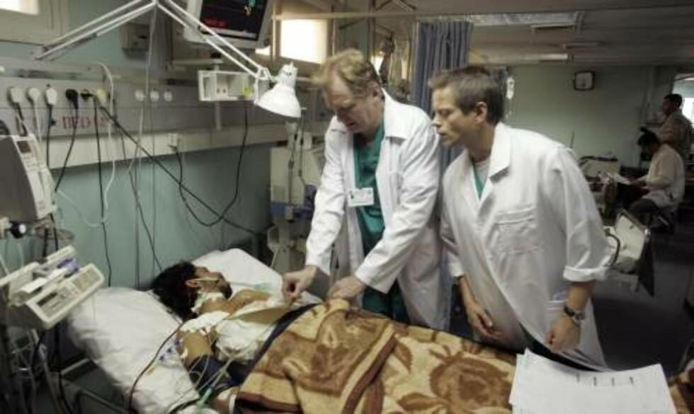 ERIK FOSSE:  Erik Fosse ser til en passient på Shifa-sykehuset i Gaza.   Foto:  REUTERS/Ismail Zaydah