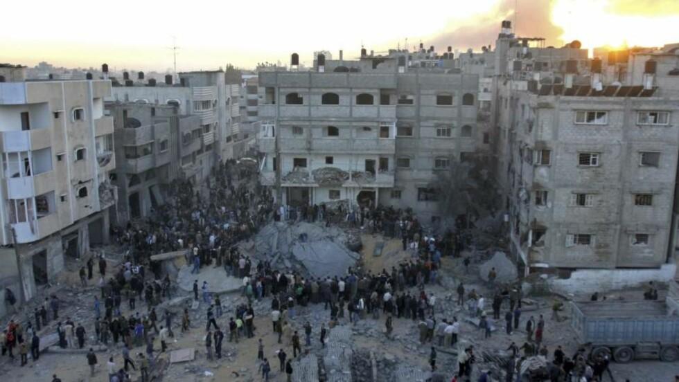 BOMBET: En israelsk bombe traff et hus der ministerens bror bodde i Gaza. Ifølge Hamas omkom innenriksministeren i angrepet.Foto: AP Photo/Khalil Hamra