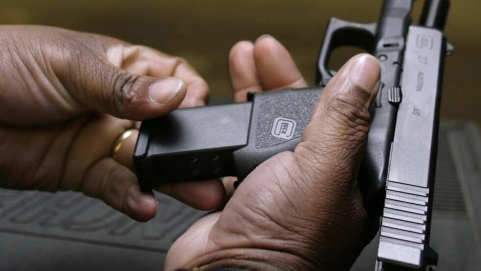 BILLIGERE PÅ GATA: En illegal Glock 9 mm kan kjøpes for ned til 4000 kroner på gata. Foto: REUTERS/Yuri Gripas