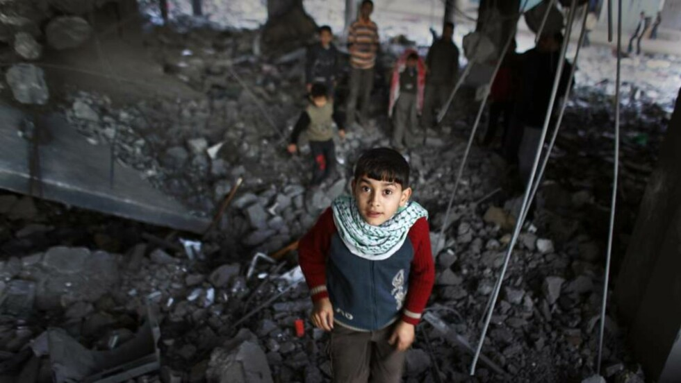 FRED Å FÅ?: Her leker palestinske gutter i ruinene av Al-Abrar-moskeen i Rafah på Gaza-stripen. Den ble bombet for to dager siden. Foto: BEN CURTIS / AP / SCANPIX