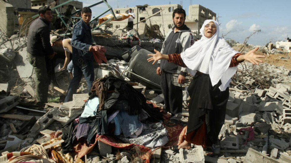 STORE ØDELEGGELSER: En palestinsk kvinne er opprørt etter at huset hennes ligger i ruiner etter israels motangrep i dag. - Situasjonen tild e sivile blir bare forverret nå, tror ekspert. Foto: REUTERS/Suhaib Salem/SCANPIX
