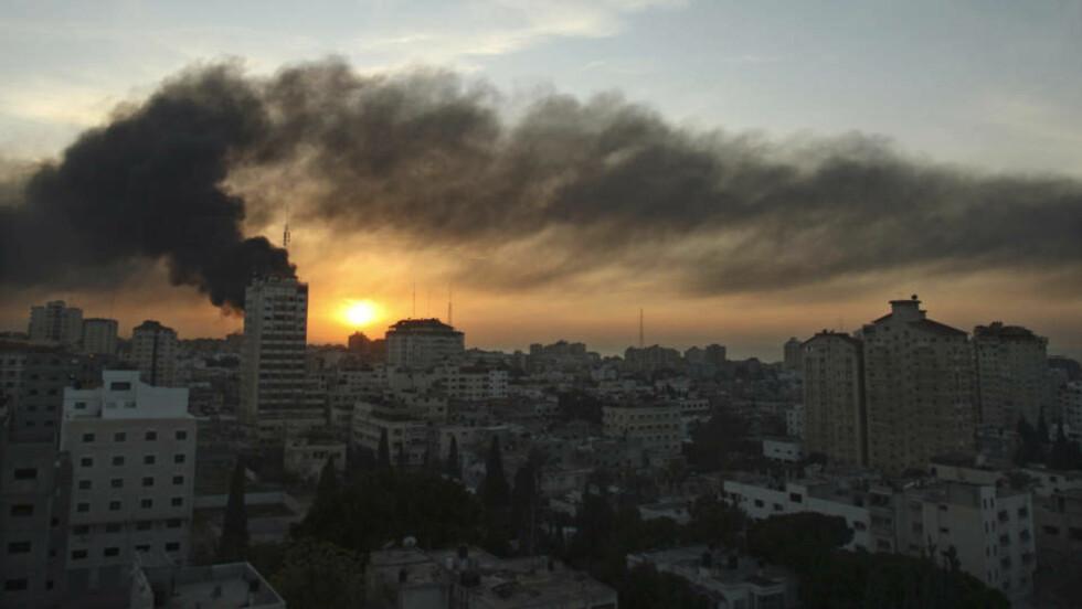 SANNHET: En israelsk soldat skuer mot Gaza. Forfatteren Morten Strøksnes hevdet i forrige uke at Herman Willis ikke er ute etter å fortelle sannheten, men at han bare vil si det motsatte av Israels kritikere. I denne artikkelen svarer Willis på innvendingene. Her ryker det fra bygninger på Gazastripen etter angrep 15. januar. REUTERS/Suhaib Salem (GAZA)