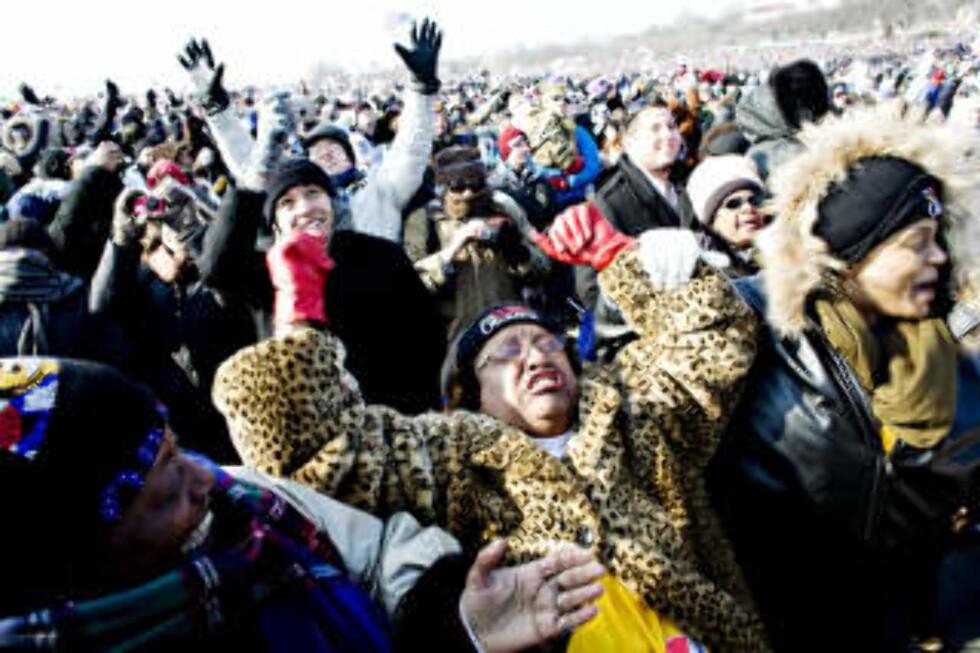 ØYEBLIKKET: Pat Brown (52), Sheryl Gilles (44) og Sharon Schneider (54) fra Atlanta jubler gjennom tårene, idet Barack Obama blir tatt i ed som USAs 44.president. Foto: SVEINUNG U. YSTAD