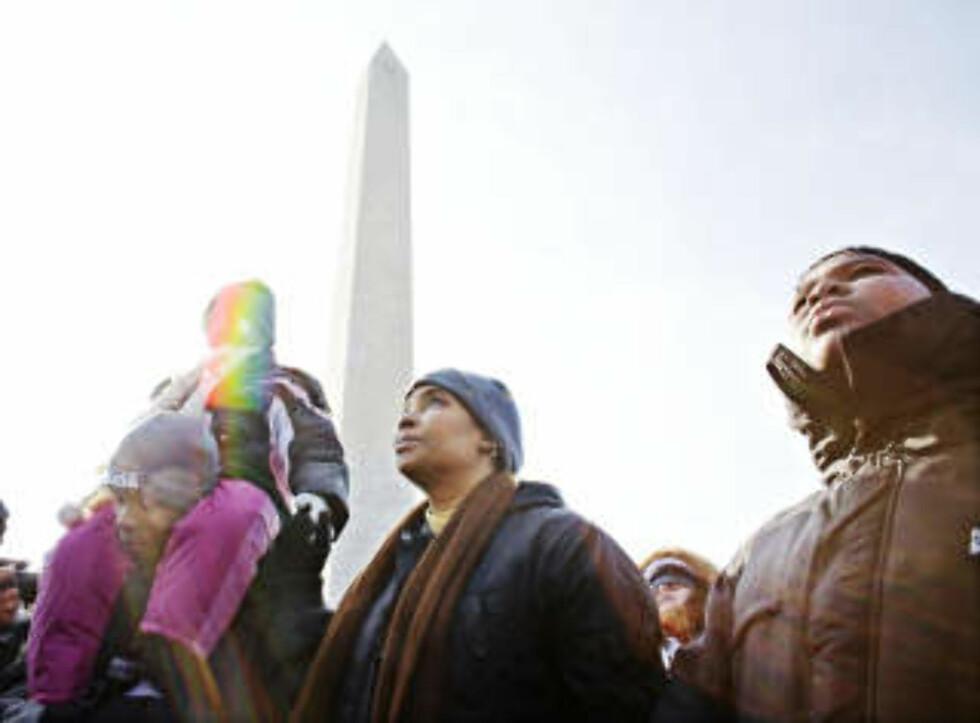 TRE GENERASJONER: Alenemoren Tasha Burke (40), med sønnen Jacques på 13 og Bryant 17, og med lille Panyell (6) på skuldrene. - Moren min var her under Martin Luther King jr-marsjen i 1963. Nå er vi her for å oppleve det samme, sier Tasha. Foto: SVEINUNG U. YSTAD