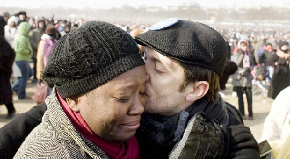 I POSE OG SEKK: Joe Savage (38)priser seg lykkelig over å ha fått seg både en svart kjæreste og en svart president. Foto: SVEINUNG U. YSTAD