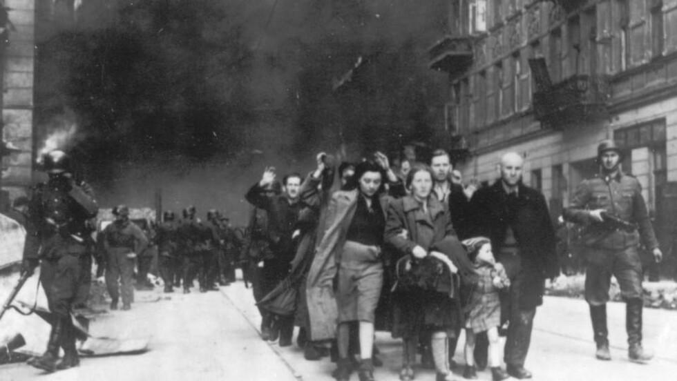 DEPORTERTE JØDENE: Polske jøder deporteres ut av Warszawa-ghettoen av tyske SS-soldater i april 1943. Nær sagt alle som bodde i ghettoen døde, enten av sult, sykdommer, av tyske kuler eller gass. Foto: AP