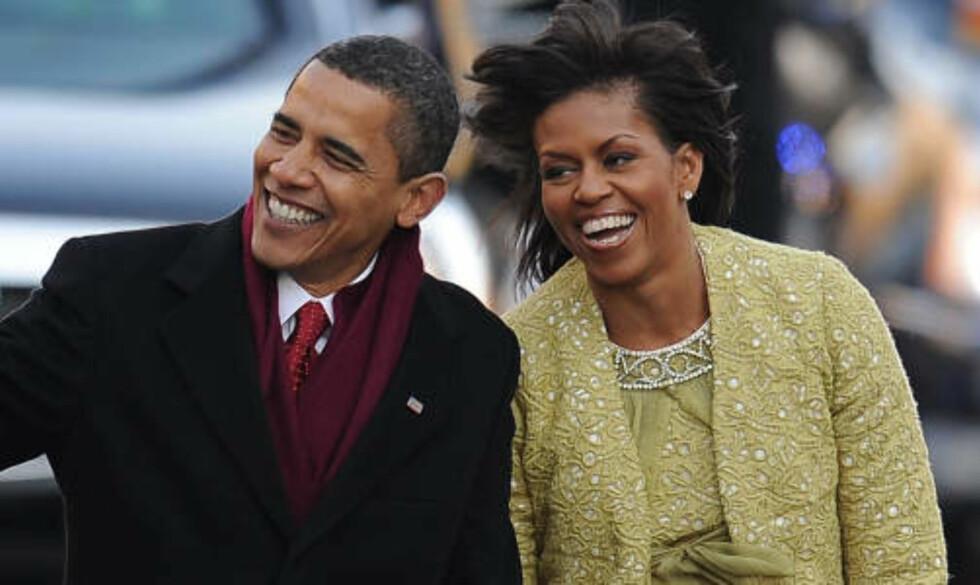 FØRSTEPARET: Barack Obama og kona Michelle spaserer langs Pennsylvania Avenue etter innsettelsen i går ettermiddag norsk tid. Foto: AFP/SCANPIX