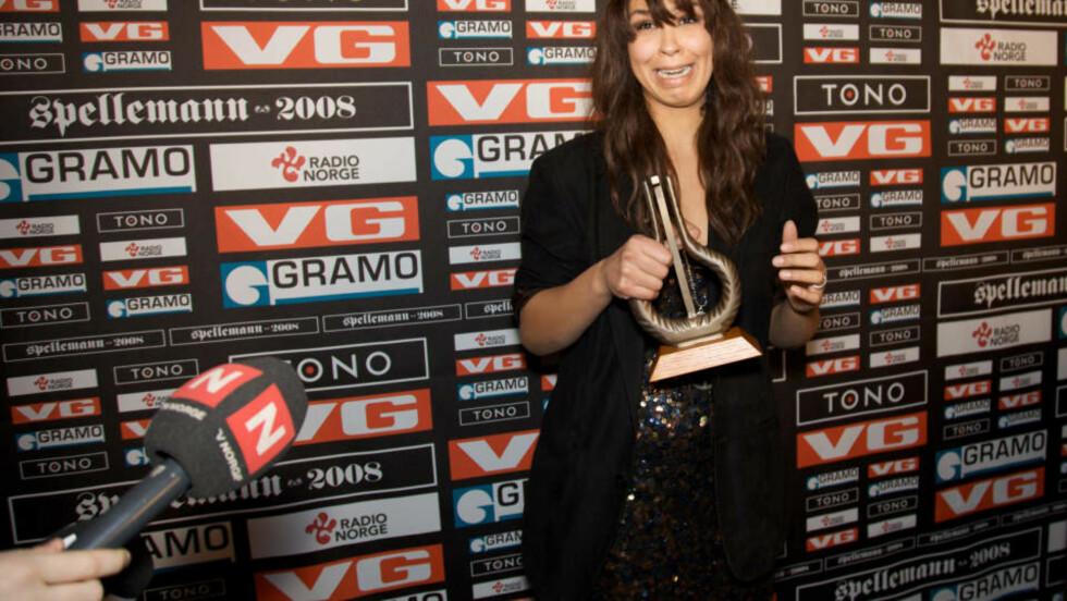 TÅRENE RANT: Maria Mena var fortsatt på gråten da hun kom ut i presserommet etter å ha mottatt prisen for årets kvinnelige artist. Foto: EIRIK HELLAND URKE/DAGBLADET